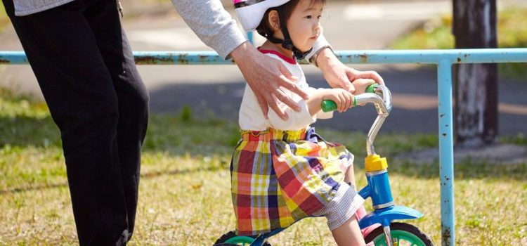 Comment un enfant de 2 ans monte sur un tricycle évolutif ?
